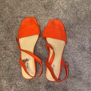 Orange klackskor perfekta inför sommaren. Priset kan diskuteras vid intresse. Önskas fler bilder, kontakta mig💕