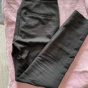 Ett par svarta kostymbyxor från Selected femme, i storlek 34 (xs). Snålt använda pga fel storlek.