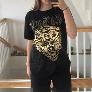 Säljer denna äkta och rare edhardy t-shirten! Svart och guldig🖤 Storleken är XL men jag på bilden är en S! Helt felfritt skick, som ny! Skriv vid intresse!