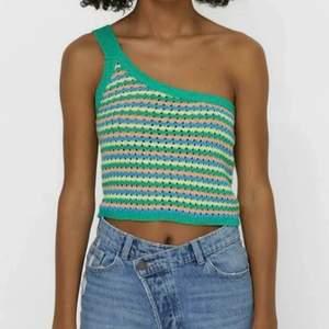 En jättefint stickat linne till sommaren, säljer för att den inte passar mig direkt, budgivning skriv privat om fler bilder💓💓