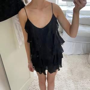 Oanvänd volangklänning från H&M🖤