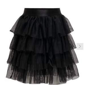 andvänd 1 gång eftersom att jag inte tyckte den satt fint på mig. väldigt lik kjolen från zara!⭐️ nypris:400. Buda😋