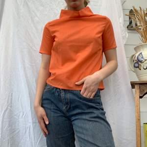 Ur gullig topp i en korall orange färg, så fin! Sitter lite tajt på mig som är S, så mer som en XS. Dm för frågor och mer info i bion.  Checka även in mina andra annonser och sammfraktar mer än gärna🍊🧡