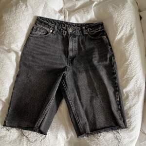 Jeansshorts från Monki, stl 27, sitter oversized på mig som vanligtvis är XS/S. Fint skick! +60kr frakt