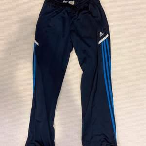 Blå träningsbyxor från Adidas. Kan mötas upp i centrala gbg, annars står köparen för frakt☺️