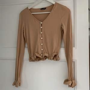 En beige långärmad tröja från SHEIN. Använda ett fåtal gånger då den inte är min stil