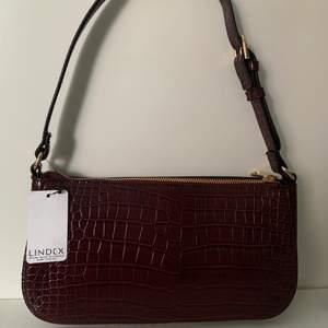 Säljer denna helt nya baguette väskan från Lindex p.g.a att det inte riktigt är min färg och därför får den inte användning.  Skriv vid intresse ❤️