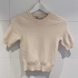 ❗️BUDGIVNING!❗️En gräddvit zara tröja i storlek S, men passar även XS! (OBS! Tröjan har en liten prick till vänster, men den är inte synlig när tröjan sitter på!)💞😇