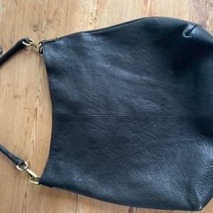 Jättesnygg läder väska i bra skick, inga tecken på användning. Från märket O MY BAG Amsterdam. Köpt för ca 2500 kr. Första bud vinner💘