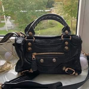 Söker en liknande väska!! Behöver inte vara något speciellt märke eller så, bara likna denna! Hör gärna av er!!