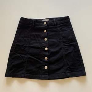 Supersöt svart jeanskjol med knappar på. Perfekt nu till sommaren! Fint skick💕