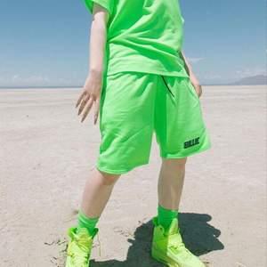 Säljer dessa coola Billie Eilish shortsen i en limegrön färg. Merchen är ifrån 2019. Har två par i storlek M, ingen av de är använda 💚   175 kr styck, exklusive frakt!