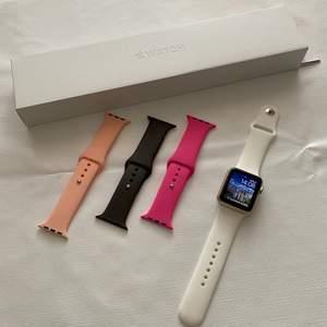 Säljer min Apple Watch S1 42mm. Den är i bra skick. Laddaren, original kartong och 4 armband kommer med.  💸💸 Pris  750 kr