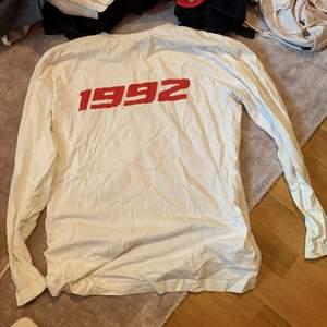 Intressekoll på denna långärmade tröja från carlings. Det står 1992 på den i röd text och är lite oversized nertill så den går ganska lång.