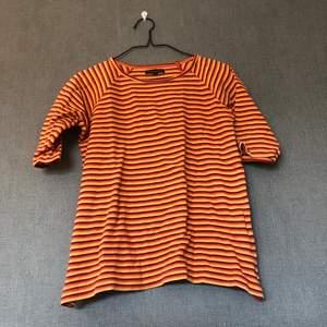 • Fantastiskt färgglad retro tröja, kortare ärmar. Mycket mjuk & härlig att bära! • Storlek: M, passar fint på S/M • 100% bomull • Köpt 2hand, använd med kärlek & i fint skick! Något luddig i tyget. • +Frakt: 51kr spårbart