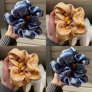 Handsydd scrunchie. Finns i olika färger