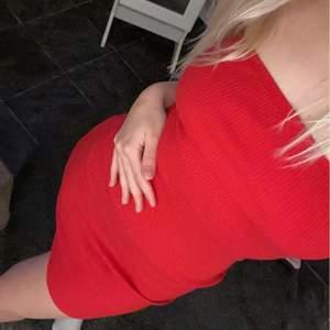 En figursydd röd fin sommar klänning, använd en gång:)