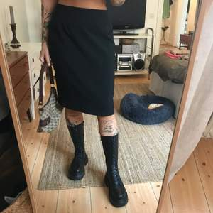 En svart kjol som går till knäna på mig som är 167 ca!Köparen står för frakten på 66kr spårbart :)