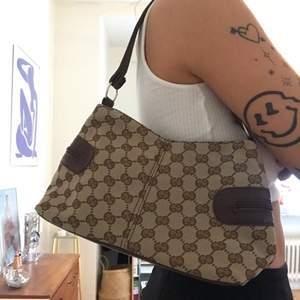 En gullig handväska i 2000s stil, väldigt simpel och har bara ett stort fack inuti. Köparen står för frakten på 66kr spårbart :)