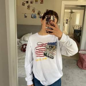 Cool tröja köpt secondhand. Står ingen storlek men skulle tro att det är en L eller M. Sitter oversized på mig som är en xs