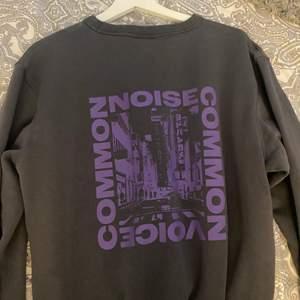 En snygg sweatshirt som jag använder fåtal gånger. Den har ett snyggt tryck på ryggen. Den är köpt på herravdelningen men passar lite snyggt oversized på mig som annars har S
