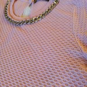 """En jättefint tröja i ros färg i jättebra skick, Märke """"Reserved/Lc waikiki"""".  Storlek: 36/s. Kostnad: 50kr  Köparen står för frakten ^_^"""
