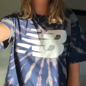 Mörkblå vintage cool blekt New balance tröja i bra skick. Storlek L så sitter oversize på mig som vanligtvis har S/M. Har blekt den själv😋