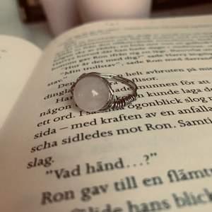 Super fin rosenkvarts ring i rosa. Passar till allt. Hoppas att någon kommer att gilla den kostar 30kr