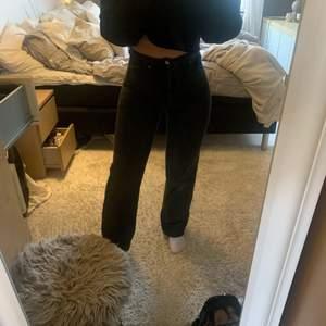 Mörkgrå (ser mörkare ut på första bilden pga ljuset) jeans från H&M i storlek 38, jag är 165 och dom är långa på mig. Köparen står för frakt