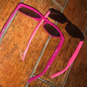 2 par fett snygga solglasögon som matchar varandra, i favvo färgen rosa. Säljer dom helst som par, men kan oxå sälja styckvis. Men då kostar dom lite mer.