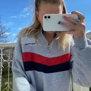 Grå sweatshirt från bershka🤍sparsamt använd. Frakt ej inkl!