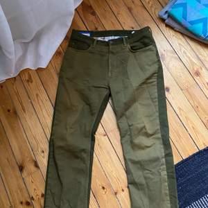 Acne blå konst, tvåfärgade jeans, olika nyanser av grön fram å bak. Finns i Stockholm men kan även skickas