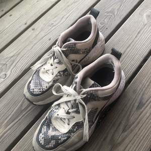 Säljer dessa sneakers då de inte längre kommer till användning. Använda så det finns små hål i tyget i hälen men inget som stör, hör gärna av er om ni vill ha fler bilder.                                                                                Köpare står för eventuell frakt<3