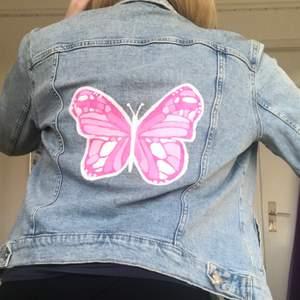 Ljusblå jeansjacka från H&M med rosa fjäril på ryggen (målad av mig)✨ Storlek 40 men passar XS-M beroende på hur man vill att den ska sitta🤩