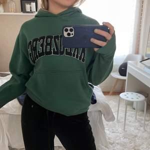 As snygg grön hoodie knappt andvänd!💕 köparen står för frakt INGEN BUDGIVNING UTAN FÖRST TILL KVARN