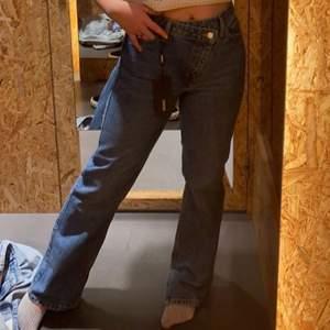 Säljer mina trendiga weekday byxor då de inte används. Det finns en slits på varje sida (se bild två). Knäppet är även snett vilket är supernsyggt! Använda 1 gång endast! De formar kroppen supersnyggt! De är midwaisted
