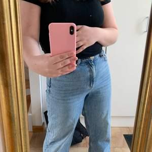 Superfina Monki jeans i modellen Mozik i bra kvalitet. Säljs då de inte riktigt kommer till användning längre. För referens är jag 162 cm och de går ner till mina anklar. Kan mötas upp i Stockholm💕