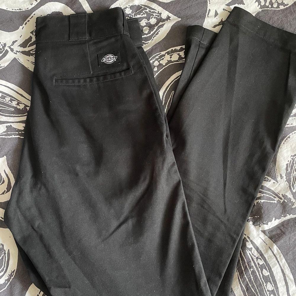 Ett par svarta chinosbyxor med märket dickies. Använda ett fåtal gånger. 380 kr inklusive frakt!. Jeans & Byxor.