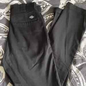 Ett par svarta chinosbyxor med märket dickies. Använda ett fåtal gånger. 380 kr inklusive frakt!