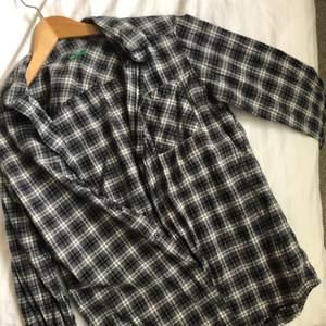 Super snygg att ha över en t-sheit, ett linne eller bara som skjorta! Bra skick 💕😍