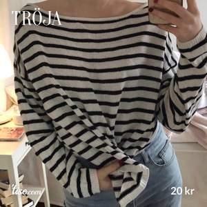 Oversized svart-vit randig tröja 🤍 köpt för länge sedan, men fortfarande i bra skick! Kan stylas på olika sätt.