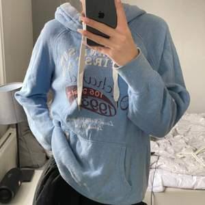 Säljer denna hoodie från H&M, storlek L men funkar på S om du vill ha en oversized fit