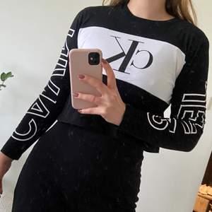 Långärmad tröja från Calvin Klein, croppad modell i storlek S. Använd men i fint skick, köpt för ca 600 kr, säljer för 200 inklusive frakt.