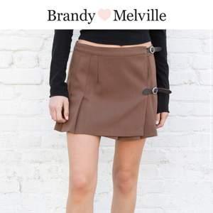 Fin kjol från brandy Melville i Stockholm köpt för en vecka sen ungefär🤗 passade it riktigt mig så säljer vidare, den är justerbar i midjan och har gjort egna hål så den ska passa fler i midjan då den är one size💗