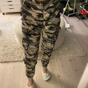 Militär byxor ifrån Madlady! Otroligt coola militär byxor som verkligen är bekväma! Storlek M Använd fåtal gånger DM för mer info!💕