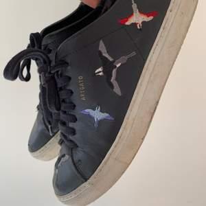 Populära Axel arigato skor som tyvärr är lite för små för mig. Lite slitna längst fram på tårna och lite smutsiga som säkert går att göra rent. Annars fint skick!