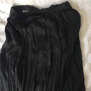 Lång kjol från Gina tricot. Möts upp i Örebro och fraktar, köpare står för frakt💜