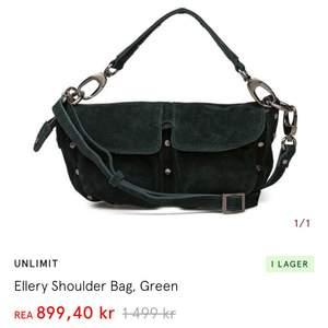 Säljer denna nya väska som nu är på rea men för billigare pris. Säljer då jag inte vill ha den men inte kan skicka tillbaka den. Banden är förkortade så man kan ha den både som axelbandsväska och handväska