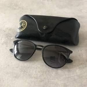 Äkta ray ban solglasögon. Använda 1 gång. Så de är i fint skick.  Inköpta för 1950:- Säljer för 500:-