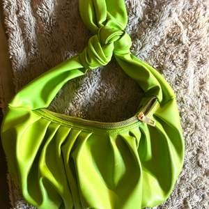 Grön handväska från Asos, knappt använd